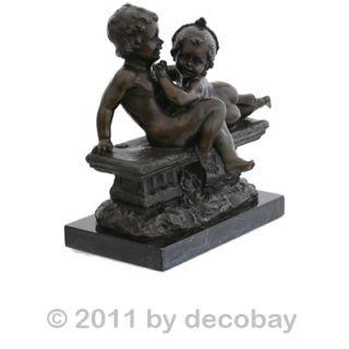 Zwei nackte Kinder ein Junge und ein Mädchen spielen Bronze Figuren