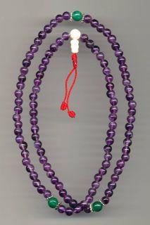 Eine feine gearbeitete Mala mit 108 Perlen aus Amethyst und 3