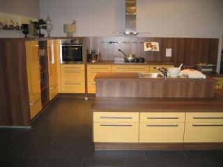 Grosse Impuls Wohnküche mit Inselblock zum Spitzenpreis Lichtgelb