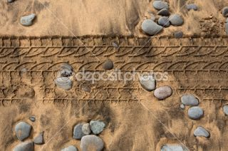 car tire footpring in a sand stones beach  Foto Stock © TONO